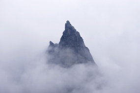 Mnich z głową w chmurach